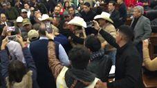 Campesinos toman y revientan sesión del Congreso